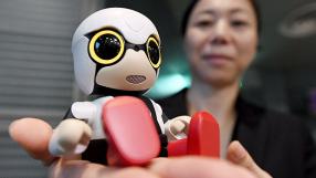 Japão investe em robôs-bebês para incentivar a natalidade no país