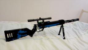 Adolescente é preso por postar foto de fuzil feito de LEGO