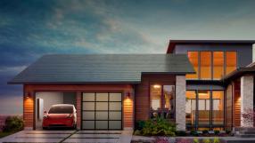 Tesla revela placas solares que tem aparência de telhado