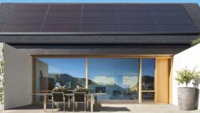 Tesla finalmente começa a fabricar telhado para energia solar