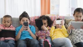 Novo estudo diz que exposição a smartphones não faz mal para crianças