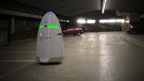 """Robô-segurança """"desiste"""" do emprego e se joga numa fonte"""