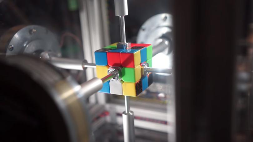 Robô resolve cubo mágico em 0,38 segundo