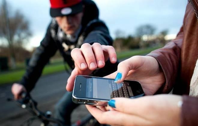 Jovem tem celular roubado, espiona ladrão por duas semanas e faz documentário a respeito