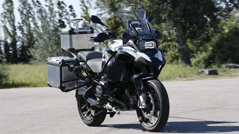BMW apresenta protótipo de moto que dirige sozinha